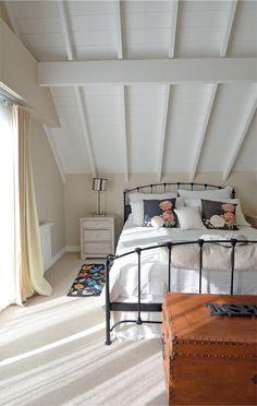 La decoradora Grace Devecyan usó una paleta de blancos y tonos visón con algunos toques de negro para componer este cuarto.
