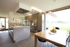 Küche hochglänzend greige, moderne Planung mit großem Fensterelement