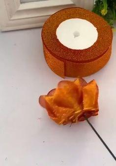 Como fazer flores decorativas passo a passo: artesanato criativo - گلدوزی - Paper Flowers Craft, Paper Crafts Origami, Flower Crafts, Diy Flowers, Fabric Flowers, Paper Crafting, Fabric Crafts, Diy Crafts Hacks, Diy Crafts For Gifts