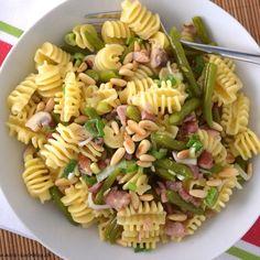 Ein herzhafter Pastasalat mit grünen Bohnen, Speck und Champignons an einem Senf-Honig-Dressing . #einfach #lecker und sehr passend zu gegrilltem. #blog #blogger #food #foodies #foodblog #foodporn #fresh #delicious #rezept #recipes #rezepte #omnomnom Pasta Salat, Food Porn, Dressing, Salad, Ethnic Recipes, Blog, Beans, Honey, Gnocchi Recipes
