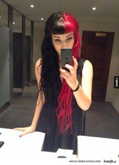 Co za fantazja! - Włosy pięknie podzielone  Wśród dziewczyn zapanowała moda na nowy typ fryzur. Split-Dyed Hair polega na farbowaniu włosów na dwa kolory, dokładnie pół na pół. Warianty kolorystyczne są dowolne - kontrastujące, pastelowe, jaskrawe. Wszystkie połączenia dozw