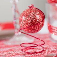 Voici une jolie boule de noël transparente pailletée qui vous permettra de réaliser un cadeau d'invité original pour un Noël traditionnel.Idée déco: Enroulez un fil métallique de déco de couleur rouge autour de la boule pour la poser sur votre table de noël!Du meilleur effet également en suspension dans votre sapin!....