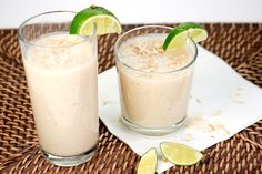 Am Wochenende hab ich in der Sonne gelegen und diesen herrlichen Kokos-Smoothie mit Kokosmus, Bananen und Limettensaft getrunken. Sommerfeeling pur!