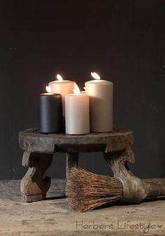 Uniek Klein rond tafeltje met houtsnijwerk