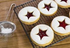 Linzer s džemom - video recept JamilaCuisine Sweets Recipes, My Recipes, Cookie Recipes, Romanian Desserts, Romanian Food, Gooey Cookies, Cake Cookies, Linzer Cookies, Mouse Recipes