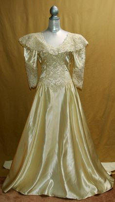 VINTAGE 1980s IVORY WEDDING GOWN,