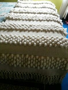 Piecera vip. Más Weaving Textiles, Weaving Patterns, Loom Weaving, Hand Weaving, Types Of Weaving, Cable Knit Throw, Burlap Crafts, Fabric Manipulation, Rug Hooking