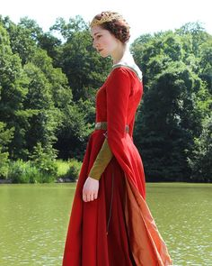Image may contain: 1 person, standing and outdoor Medieval Costume, Medieval Dress, Medieval Fashion, Historical Costume, Historical Clothing, 18th Century Dress, 14th Century, Viking Clothing, Period Outfit