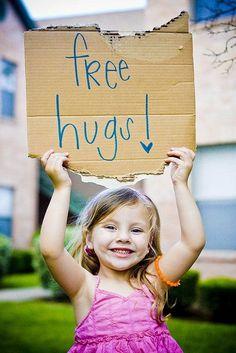 imaginate que todos los abrazos sean con esa sonrisa de la persona que mas quieres y aunque no este contigo basta... regala un abrazo diario y veras como cambia tu dia