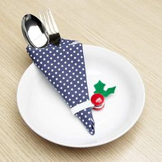 Learn how to make this napkin ring for Christmas dinner with minimal materials in under 3 minutes! (in English and Indonesian)