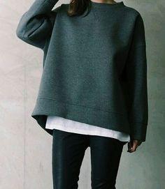 Love the oversize sweater minimal chic, minimal fashion, minimal classic . Minimal Chic, Minimal Classic, Minimal Fashion, Minimal Outfit, Casual Weekend Outfit, Casual Outfits, Fall Outfits, Street Looks, Street Style