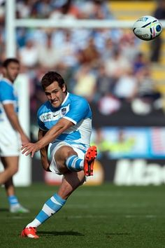 Argentina's fly half Nicolas Sanchez kicks his conversion. ARG (Los Pumas) v TGA - Rugby World Cup 2015 Rugby Sport, Rugby Men, Rugby League, Rugby Players, Pumas, Argentina Rugby, World Cup Live, Women's Cycling Jersey, Cycling Jerseys