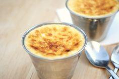 Flan de queso al horno con piñones. ♥ En dos palabras: BUE – NÍSIMO! Me comía si pudiera uno cada noche después de cenar. El otro día me lo lleve de paseo. Iba yo super contenta con mi flan …