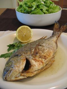 Sea Bream in the Oven with Ladolemono Sauce (Τσιπούρα Λαδολέμονο στο Φούρνο This is a classic, simple and delicate recipe for big and oily fish, cooked in the oven. Greek Recipes, Fish Recipes, Seafood Recipes, Cooking Recipes, Fish Dishes, Seafood Dishes, Fish And Seafood, Yummy Food, Greece