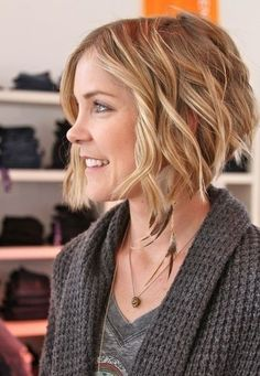 Layered Short Wavy Hairstyle: Blunt Blonde Hair