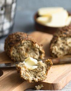 Deftige Bierstangen mit Röstzwiebeln, Käse und Samen - ganz einfach zu backen und super lecker. Schaut Euch doch das tolle, easy Rezept auf meinem Blog an!