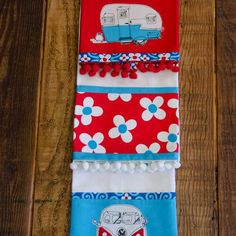 Embellish dish towels with patterned fabric or with straight-line applique. This simple method creates a clean finish on the back of the towel. Dish Towels, Tea Towels, Embroidery Applique, Machine Embroidery, Hot Pads, Sewing Projects, Sewing Ideas, Christmas Stockings, Sewing Patterns