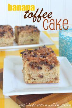 Banana Toffee Cake - banana cake with a cinnamon chocolate chip toffee streusel swirled in #banana #toffee http://www.insidebrucrewlife.com