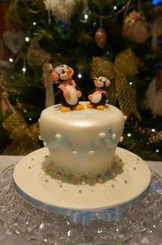 Christmas cake - this is sweet Christmas Cake Decorations, Holiday Cakes, Christmas Desserts, Christmas Cakes, Xmas Cakes, Homemade Christmas, Christmas Fun, Penguin Cake Toppers, Penguin Cakes