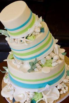 Bolo de casamento decorado com o tema praia em verde, branco e azul | | Wedding cake for a beach wedding in turquoise and seafoam green on white