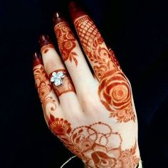 this design highlights the ring New Henna Designs, Henna Tattoo Designs Arm, Simple Arabic Mehndi Designs, Stylish Mehndi Designs, Latest Mehndi Designs, Mehndi Designs For Hands, Hena Designs, Arabian Mehndi Design, Khafif Mehndi Design
