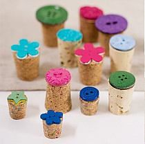 DIY stamps using corks and buttons. Cork Crafts, Diy And Crafts, Crafts For Kids, Arts And Crafts, Make Your Own Stamp, Homemade Stamps, Fabric Stamping, Creation Deco, Button Art