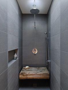 Banc en bois brut dans douche à l'italienne