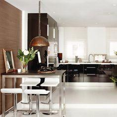 Los armarios black & bright fueron la clave para que esta cocina no desentonara con el resto del ambiente. Su contrapunto ideal: el blanco en encimera y pavimento.