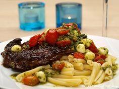 Entrecôte med pestomarinerte tomater og mozzarella