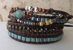 Enveloppez-vous dans ce bracelet cuir tendance de wrap avec trois enveloppes standard en cuir et dune enveloppe de cuir orné quatrième. Deux