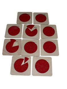 Zlomky 1 - 1/10 na samostatných destičkách. Rozměr zlomků - 10 cm, rozměr detiček 14 x 14 cm. Materiál: buková překližka, červený akrylát