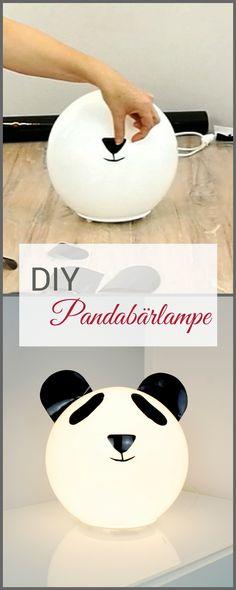 Unser DIY Video zeigt dir, wie du diese niedliche Kinderzimmer-Lampe nachbasteln kannst. Das süsse Pandabär-Gesicht wird aus schwarzer DCFix-Folie ausgeschnitten und aufgeklebt. Fertig!
