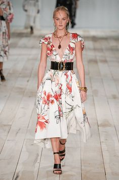 Alexander McQueen Spring 2020 Ready-to-Wear Fashion Show : Alexander McQueen Spring 2020 Ready-to-Wear Collection - Vogue Fashion 2020, Runway Fashion, Fashion Models, Fashion Outfits, Fashion Trends, Women's Fashion, Vogue Paris, Alexander Mcqueen, Cute Summer Dresses