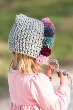 No sin Valentina, tocados de Olivia&Cloe FOTO: Gelatina de Plata Not without Valentina, headdresses from Olivia & Cloe PHOTO: Silver Jelly Pin: 319 x 478 One Skein Crochet, Crochet Hood, Crochet Cap, Crochet Stitches, Crochet Patterns, Baby Hats Knitting, Knitting For Kids, Crochet For Kids, Knitted Hats