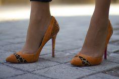 Fashion and Style Blog / Blog de moda . Post : Monday Look / Look del lunes    .More pictures on/ Más fotos en : http://www.ohmylooks.com .Llevo/I wear: Leggings : H&M ; Cape / Capa : Romwe ; Top  : Zara ; Bag / Bolso : Chanel  ; Shoes / Zapatos : Pilar Burgos