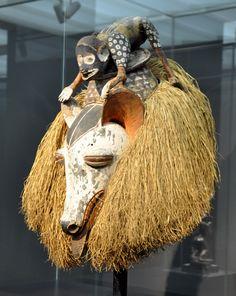 Maske, Werkstatt der Yaka-Region, Dem. Rep. Kongo; frühes 20. Jh.; Holz, Raffia, Farbpigmente Museum Rietberg, Zürich; Inv. Nr. RAC 503