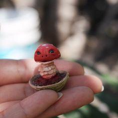 Hongo duende elaborado a mano en arcilla polimérica, Escultura de hongo rojo para decoración, Hongo de decoración para el hogar, Hongo rojo de Creativiam en Etsy