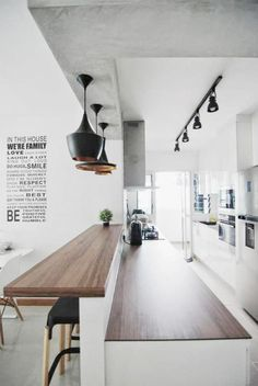 cuisine magnifique avec comptoir et bar en bois, plafond béton ciré