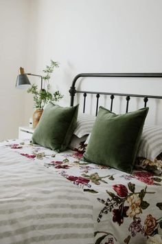 Home Design Ideas: Home Decorating Ideas Cozy Home Decorating Ideas Cozy Spring Bedding - Chris Loves Julia Retro Home Decor, Cheap Home Decor, Modern Decor, Bed Springs, Home And Deco, My New Room, Home Bedroom, Bedroom Ideas, Green Bedroom Decor