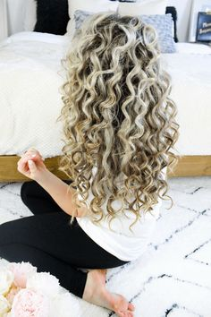 hair tutorial Watch this beautiful natural looking voluminous tight curls tutorial to add some texture and volume to your look! Small Curls, Curls For Long Hair, Tight Curls, Tight Curl Perm, Wavy Curls, Curl Long Hair, Perm Curls, Short Curls, Curly Hair Styles