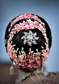What a beautiful large low bun with real flower gajra! Care however should be taken before adopting such hairstyles, as due to it's high static charge, it will cause phlegm to move up in the throat, causing the voice to quaver & a frequent urge to clear the throat. A heavy chabi chhalla with a long & wide hook if inserted at the edge of the pleats of the saree, will reduce this problem as it's hook will activate the acupressure points that act to keep the throat clear. Bridal Hair Buns, Bridal Braids, Bridal Hairdo, Hairdo Wedding, Low Bun Hairstyles, Indian Bridal Hairstyles, Bride Hairstyles, Hair Brooch, Perfect Bride