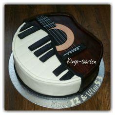 Een muziek taart (rum -perzik ), met een piano en een gitaar - gemaakt van marsepein.