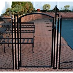 8 Advantages of a Pool Safety Fence You Install Yourself