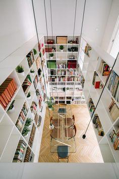 Mini Clubman, Large Bookshelves, Bookcases, Bookshelf Organization, Bookshelf Design, Light Hardwood Floors, Journal Du Design, Surface Habitable, Madrid