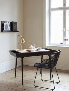 Bord med låge, sort i egetræ fra Hübsch i høj kvalitet med unikt design. De har øje for detaljen, som gør deres produkter helt fantastiske.