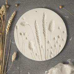 Tee savesta viehättävä ja trendikäs koristelautanen kuivattujen kukkien avulla. Flower Plates, Clay Flowers, Dried Flower Wreaths, Dried Flowers, Diy Clay, Clay Crafts, Slab Ceramics, Plaster Art, Pottery Tools
