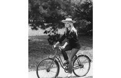 Pour son numéro d'avril 2012, Vogue Paris met le denim à l'honneur avec un supplément spécial jean. Toile fétiche des stars depuis la fin des années 50, il a épousé les courbes de Marilyn Monroe ou celles de Jane Birkin, qui n'hésitait pas à l'emprunter dans le dressing de son homme. D'Elizabeth Taylor à Kate Moss en passant par Farrah Fawcett, retour sur ces belles en jean.