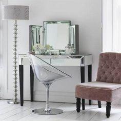 schminktisch mit spiegel glas elemente neben stehlampe