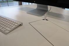 Schreibtisch Oberflächen-Detail mit Kabelausgang für weniger Chaos auf dem Schreibtisch! Office-Desk designed and made by Lueckenfueller.design #schreibtisch #officedesk #working #kabel
