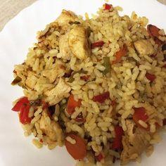 Aprende a preparar arroz salteado con pollo y verduras con esta rica y fácil receta. El arroz es uno de los cereales más utilizados en todo el mundo, y es que además... Couscous, Quinoa, Cooking Recipes, Healthy Recipes, Healthy Food, Sweet And Salty, Fried Rice, Risotto, Recipies